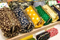 Um grupo de close-up dos sacos das mulheres coloridas fotos de stock royalty free