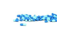 Um grupo de comprimidos médicos em um fundo branco Imagem de Stock Royalty Free