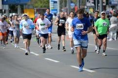 Um grupo de concorrentes da maratona durante a 27a maratona de Belgrado o 27 de abril de 2014 em Belgrado, sérvio Foto de Stock Royalty Free