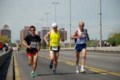 Um grupo de concorrentes da maratona durante o 2ö B Fotos de Stock Royalty Free