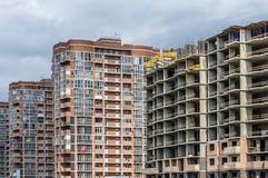 Um grupo de construções residenciais do arranha-céus novo imagens de stock