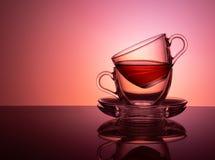 Um grupo de 2 copos de vidro para o chá em um fundo roxo e lilás Conceito imagem de stock