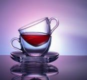 Um grupo de 2 copos de vidro para o chá em um fundo roxo e lilás Conceito imagens de stock royalty free