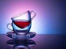 Um grupo de 2 copos de vidro para o chá em um fundo roxo e lilás Conceito foto de stock