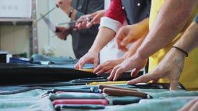 Um grupo de cozinheiros chefe aponta facas Os fogões preparam-se para a classe mestra vídeos de arquivo