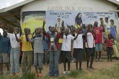 Um grupo de crianças contaminadas HIV/AIDS canta a música sobre o SIDA em Pepo La Tumaini Jangwani, reabilitação Prog da comunida imagens de stock royalty free