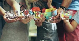 Um grupo de crianças mostra vasos bonitos vídeos de arquivo