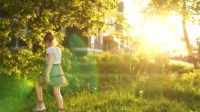 Um grupo de crianças que jogam em um parque da cidade Brilho do sol de ajuste, conceito feliz da infância, os jogos das crianças filme