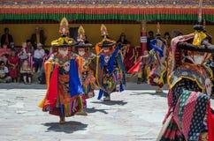 Um grupo de dançarinos mascarados no traje tradicional de Ladakhi que executa durante o festival anual de Hemis fotografia de stock