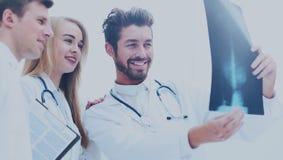 Um grupo de doutores que examinam um raio X no hospital Fotografia de Stock Royalty Free