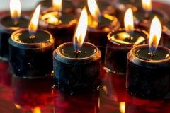 Um grupo de doze velas pretas iluminou o assento em uma grande associação de sangue Fundo assustador perfeito para Dia das Bruxas foto de stock royalty free