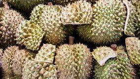 Um grupo de durian no supermercado em Tailândia foto de stock