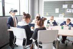 Um grupo de empregados de escritório pequenos verifica os vidros 3d Fotos de Stock Royalty Free