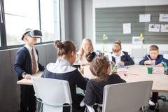 Um grupo de empregados de escritório pequenos verifica os vidros 3d Fotos de Stock
