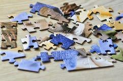 Um grupo de enigmas no assoalho de madeira foto de stock