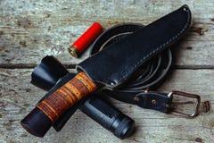 Um grupo de equipamento para o turismo e a sobrevivência no selvagem em um fundo de madeira imagens de stock royalty free