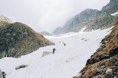 Um grupo de escaladas dos alpinistas à parte superior do pico de Rysy, montanhas de Tatra foto de stock