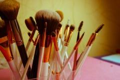 Um grupo de escovas macias diferentes bonitas para a composição da sesta natural para a orientação da beleza e a aplicação de um  fotografia de stock