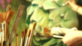 Um grupo de escovas de pintura da arte no fundo do funcionamento do artista profissional vídeos de arquivo