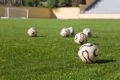 Um grupo de esferas do futebol ou do futebol Fotos de Stock Royalty Free