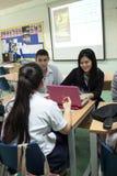 Um grupo de estudantes em uma sala de aula que trabalha junto em um exercício Imagens de Stock Royalty Free