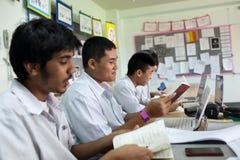 Um grupo de estudantes em uma sala de aula que trabalha junto em um exercício Imagens de Stock