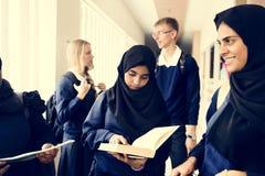 Um grupo de estudantes muçulmanos na escola fotografia de stock royalty free