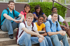 Um grupo de estudantes universitários multiculturais, amigos Fotografia de Stock Royalty Free