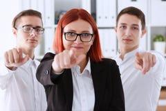Um grupo de executivos apontando seu Fotos de Stock