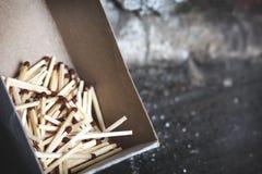 Um grupo de fósforos de madeira na caixa Imagens de Stock Royalty Free