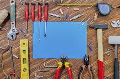 Um grupo de ferramentas de funcionamento para fazer tarefas de agregado familiar imagem de stock