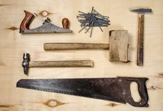 Um grupo de ferramentas para trabalhar em uma madeira Vista lisa Imagens de Stock Royalty Free