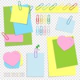Um grupo de folhas pegajosas coloridas do escritório de formas diferentes, de botões e de grampos Uma ilustração lisa simples do  Imagem de Stock