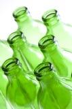 Um grupo de frascos de cerveja verdes fotos de stock
