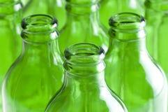 Um grupo de frascos de cerveja verdes Foto de Stock