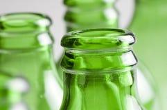 Um grupo de frascos de cerveja verdes Foto de Stock Royalty Free