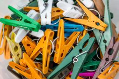 Um grupo de grampos coloridos da roupa para secar o clothes_ imagem de stock royalty free