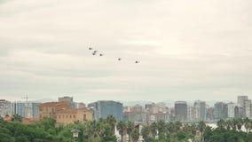 Um grupo de helicópteros que voam sobre o céu da cidade pequena no dia chuvoso nebuloso vídeos de arquivo
