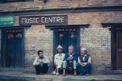 Um grupo de homens em Bhaktapur Imagens de Stock