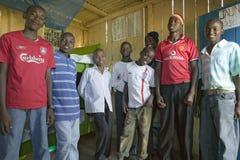 Um grupo de homens novos do Kenyan, que são afetados com HIV/AIDS, pose para a câmera em Pepo La Tumaini Jangwani, a comunidade R imagens de stock