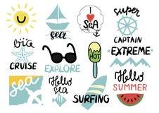 Um grupo de inscrição de 12 verões com rotulação da mão eu amo o mar, extremo, capitão super, cruzeiro grande, exploro, surfando, ilustração royalty free