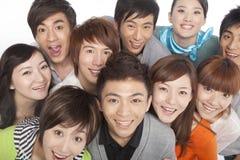 Um grupo de jovens que olham acima no excitamento Fotos de Stock Royalty Free