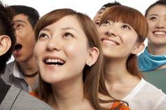 Um grupo de jovens que olham acima no excitamento Imagens de Stock