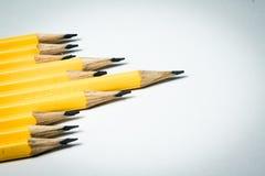 Um grupo de lápis amarelos que visam o mesmo ponto central Fotografia de Stock
