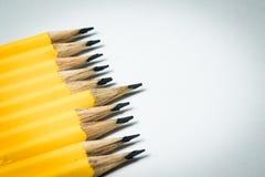 Um grupo de lápis amarelos que visam o mesmo ponto central Imagens de Stock Royalty Free