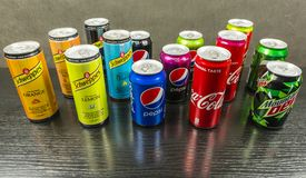 Um grupo de latas com as várias bebidas não alcoólicas Imagem de Stock
