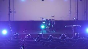 Um grupo de músicos senta-se no teatro do cinema vídeos de arquivo