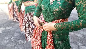 Um grupo de meninas bonitas do dan?arino de Yogyakarta com os trajes Javanese bonitos da dan?a tradicional foto de stock