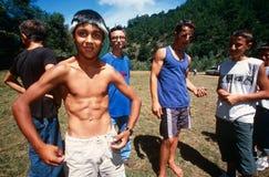 Um grupo de meninos em Kosovo. imagens de stock royalty free