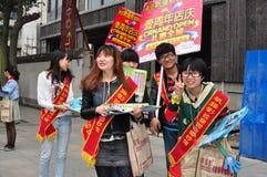 Pengzhou, China: Adolescentes que distribuem folhetos de propaganda Fotos de Stock Royalty Free